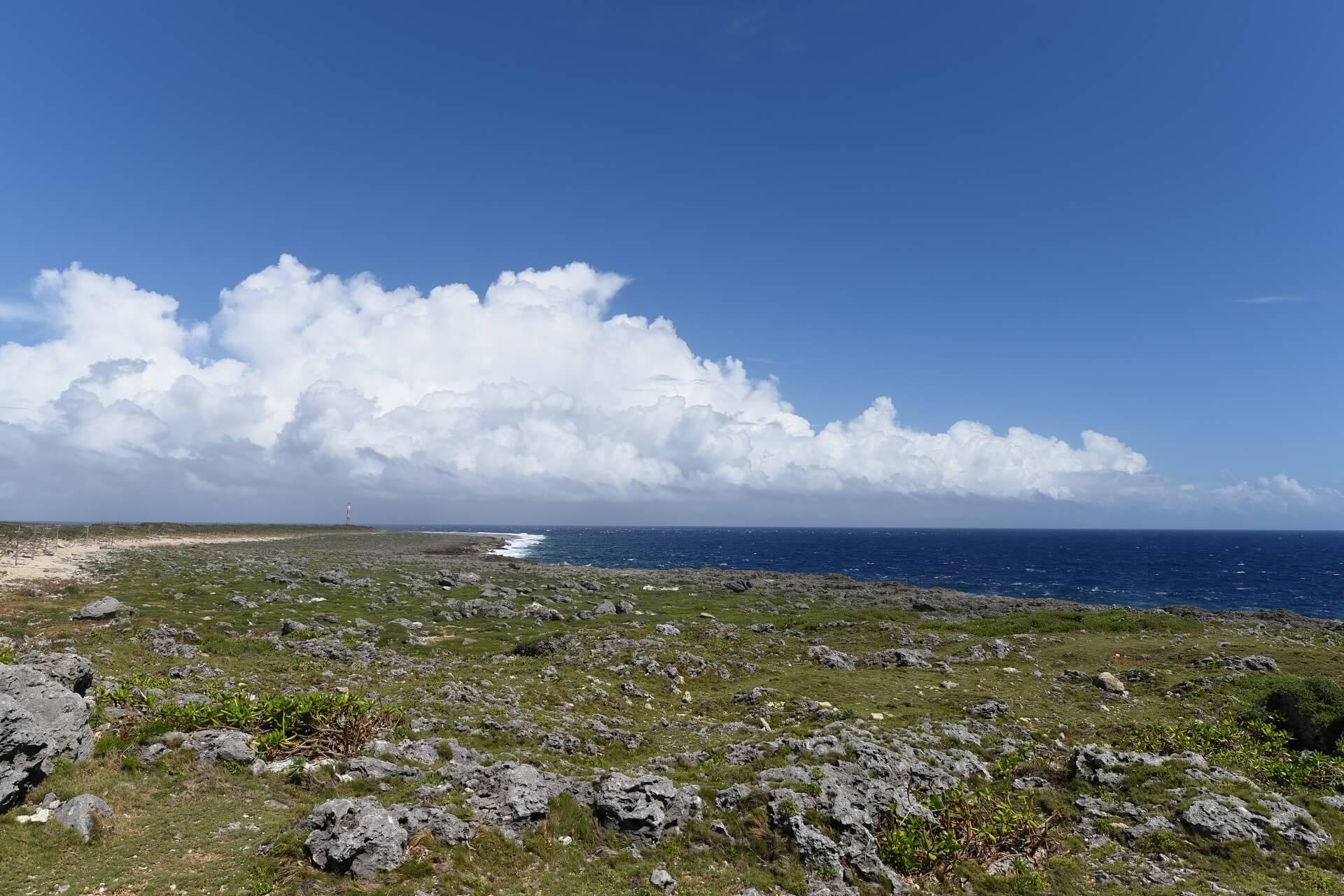 波照間島の断崖絶壁と青空