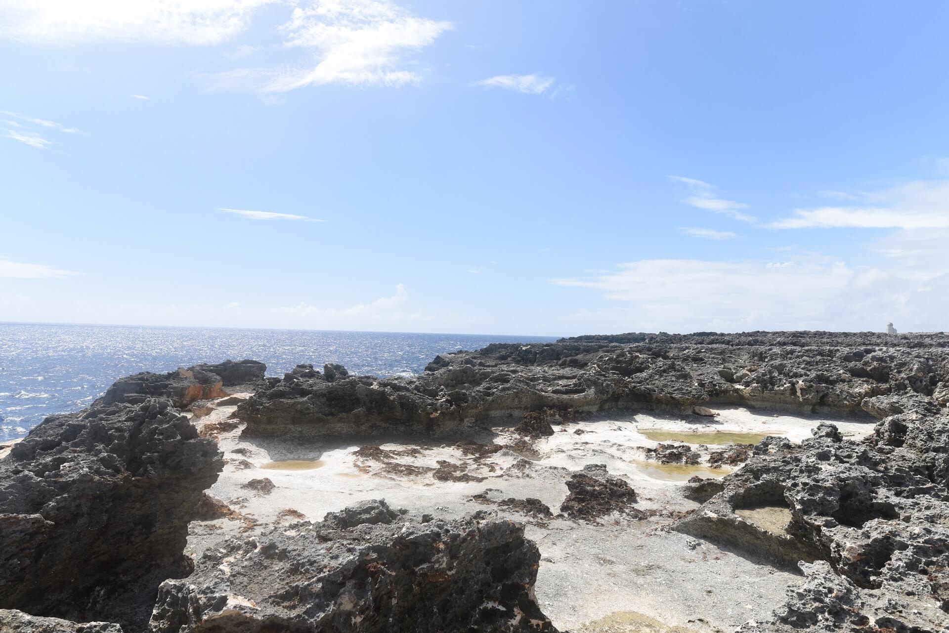 琉球石灰岩と断崖絶壁と水たまりと空