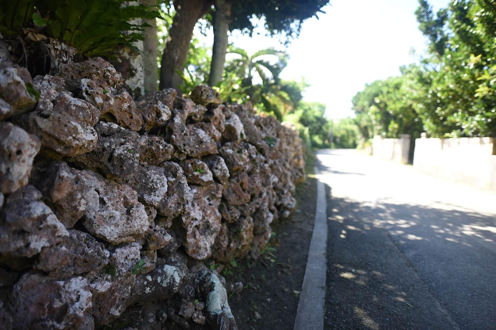 石の壁が沖縄らしさを醸し出す素敵な写真