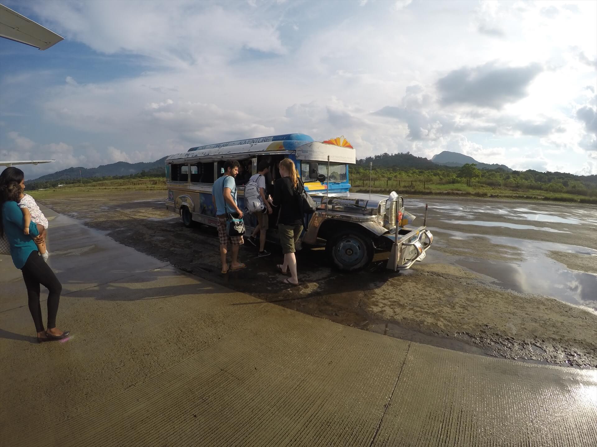 エルニド空港のバスの写真画像