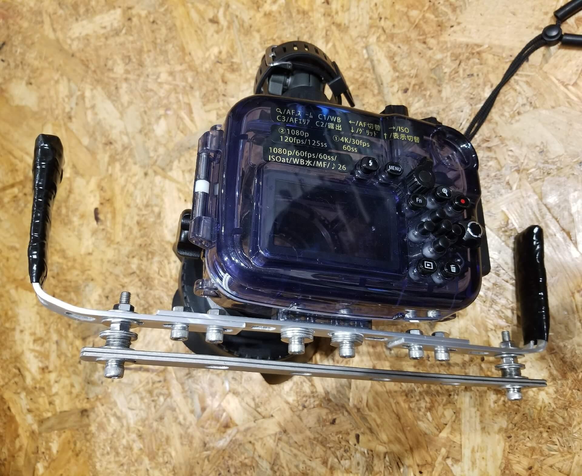 ダイビングの水中撮影用に購入したa6500をハウジングに入れ、自作のグリップアームを装着した状態の写真