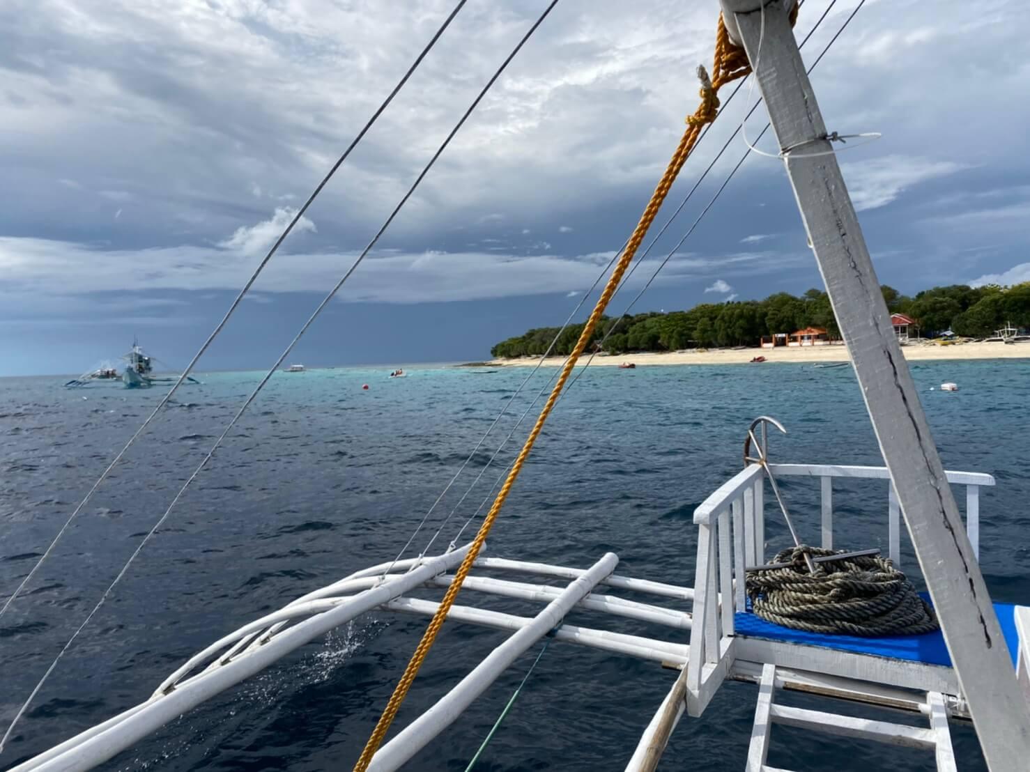 バンカーボートから見たフィリピンの海と島の写真