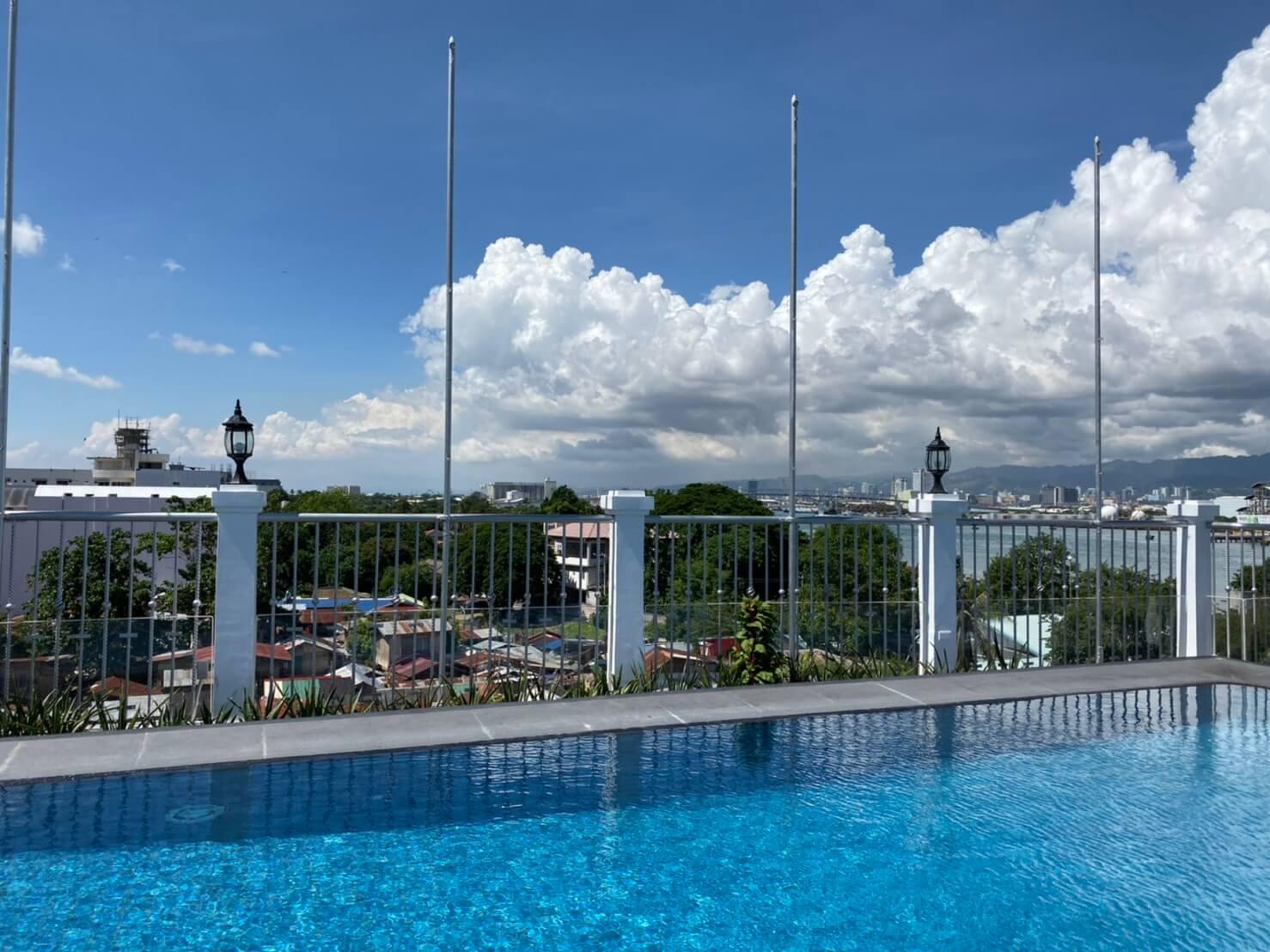 マクタン島のホテル「ベラビスタ」の屋上のプール写真