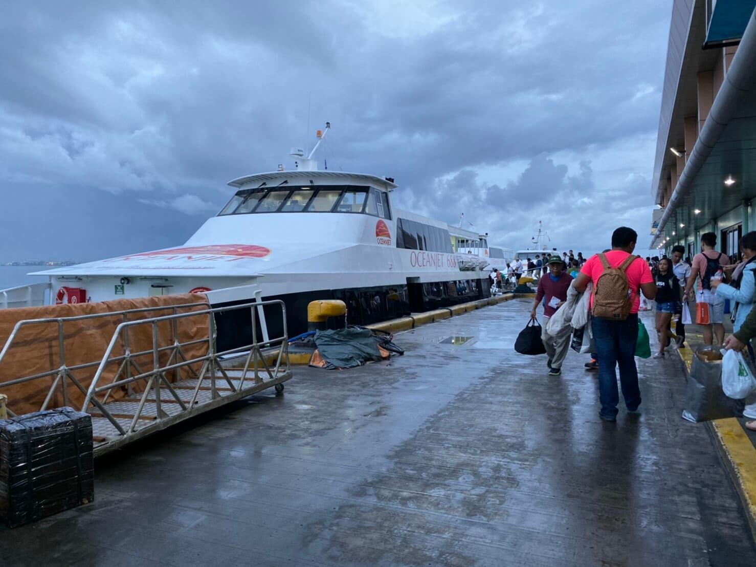 セブ島の港「Pier1」にある高速艇の写真