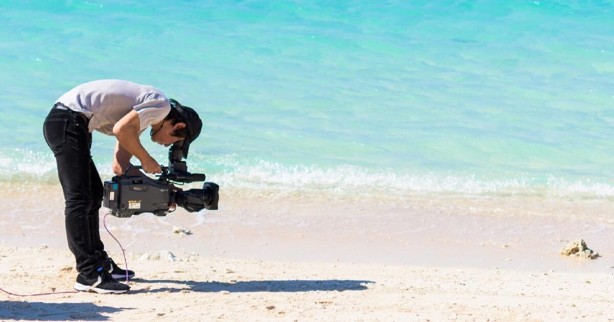 海中・水中動画を撮影しているカメラマンの画像